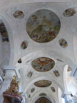 Das beindruckende Deckengemälde in der Klosterkirche Pielenhofen wurden von Jacob Carl Stauder gemalt.