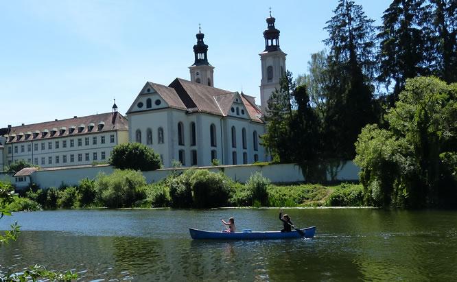 Bootswandern in und um Regensburg von Kanuverleih bis zum Regen, Naab, Vils und Donau viele Infos. Titelbild Bootsfahrt auf der Naab im Hintergrund Kloster Pielenhofen.