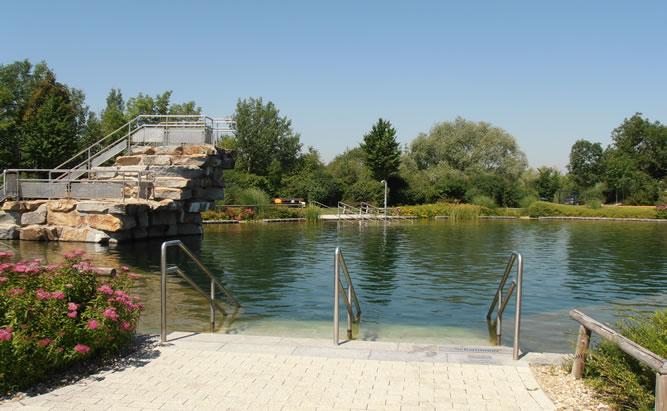 Das Inselbad in Bad Abbach ist eines der beliebtesten Freibäder in der Umgebing von Regensburg. Der drei Meter hohe Sprungturm macht das Naturbad zu einem echten Freizeit highlight für alle Scwimmmer.