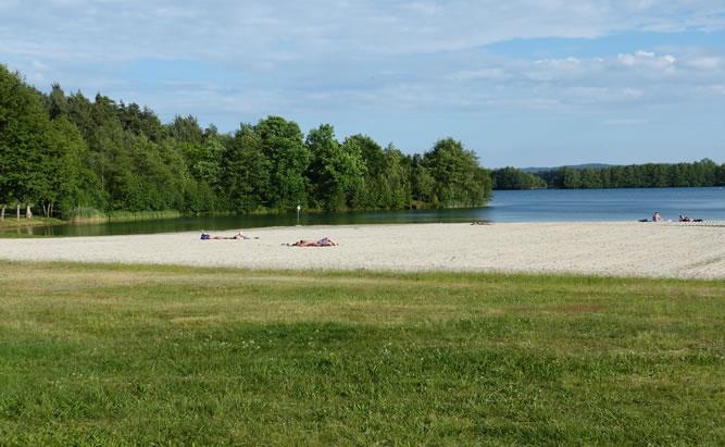 Der Klausensee bei Schwandorf mit seinem türkisblauen Wasser und seinem weißen Sandstarnd verspricht Badevergnügen für alle Wassersportler.