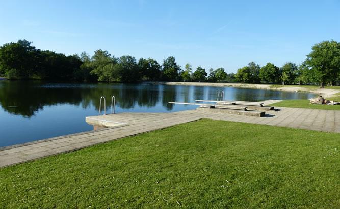 Das Naturbad Höllohe ist ein Sommerhighlight für alle Wassersportler. Der beliebte Badesee bei Teublitz ist nicht nur bei Familien und Jugendlichen beliebt.