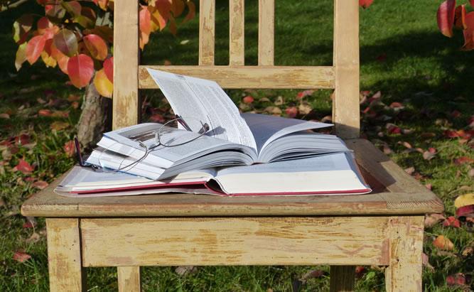 Buch auf einem Holzstuhl in Regensburg.