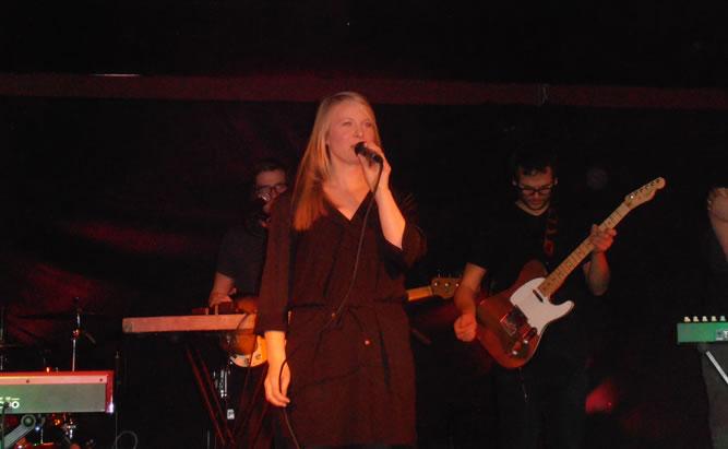 Sängerin auf der Bühne im Veranstaltungszentrum Burglengenfeld. Eine echte Bereicherung für die Kulturszene in der Region Regensburg