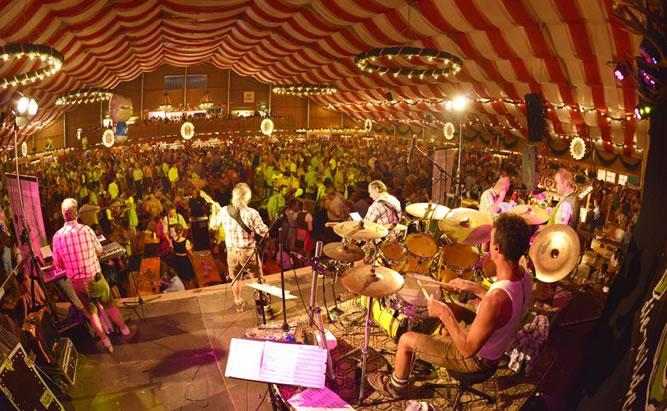 Festzelt mit Livemusik auf dem Straubinger Gäubodenfest
