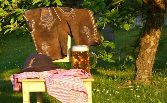 Es wundert es niemanden wenn zur Gillamoos Volksfestzeit viele Festbesucher in ihre beste bayerische Tracht schlüpfen und ausgelassen Feiern. Wenn sich die Karusselle drehen, der wohlschmeckende Steckerlfisch duftet und das schmackhafte Bier fließt, dann ist in der beschaulichen Stadt Abensberg Gillamoos – Lebensfreude angesagt.