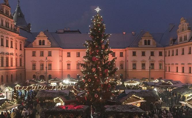 Romantischer Weihnachtsmarkt Schloss Thurn und Taxis Weihnachtsbaum ©Oliver Moosburger