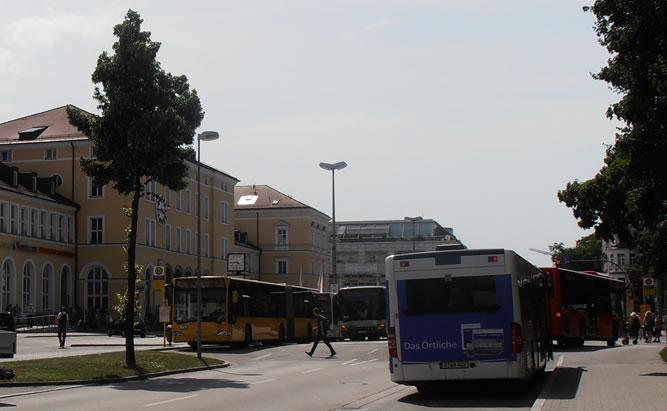 Regensburger Bahnhof mit Bushaltestelle