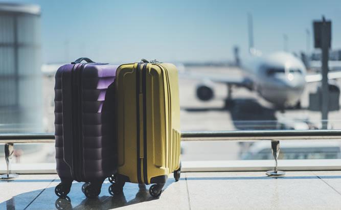 Gepäck am Flughafen München an der Abfertigung. Flugreisen ab Regensburg.