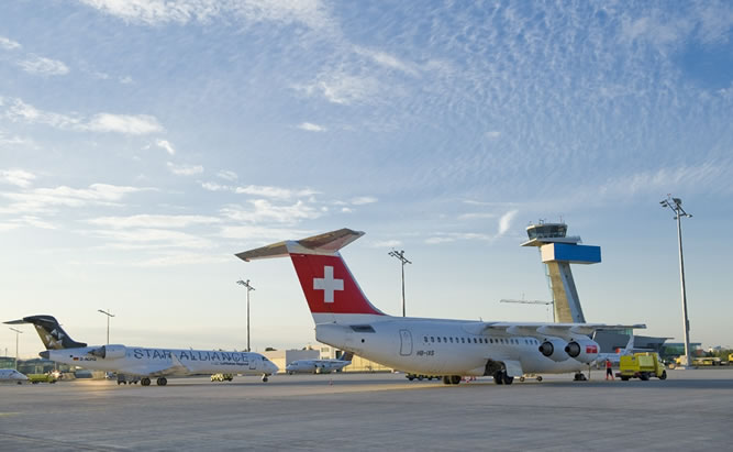 Airport Nürnberg zwei Flugzeuge vor dem Tower im Abflugbereich. Bild Quelle: Airport Nürnberg, T. Hierl
