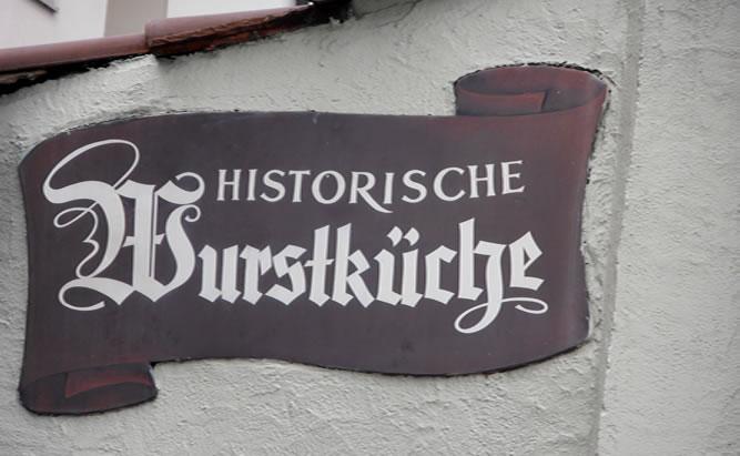 Historische Wurstkuchl - Regensburger Bratwürste, Schweinebraten an der Donau