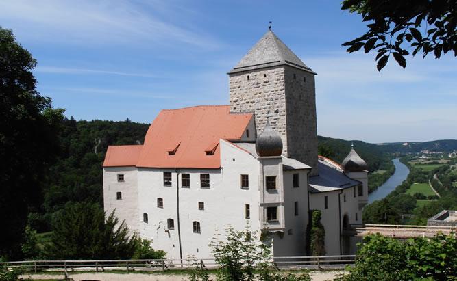 Die bezaubernde Burg Prunn liegt hoch über dem Altmühltal. Bei Indifidualturisten und Bootswanderern ist die stolze Burg ein beliebtes Ausflugsziel.