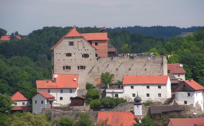 Die Burg Wolfsegg im Landkreis Regensburg ist eine der am besten erhaltenen Burganlagen in der Oberpfalz. Die schaurig schöne Burg Wolfsegg ist auch bekannt bei Mystikern, da Geister in ihr ihr unwesen teiben sollen. Dass die mittelalterliche Burganlage bis heute so gut erhalten geblieben ist, ist mehreren glücklichen Umständen zu verdanken. Einer davon ist sicherlich, dass sie wegen ihrer geringen strategischen Bedeutung nie zerstört wurde.
