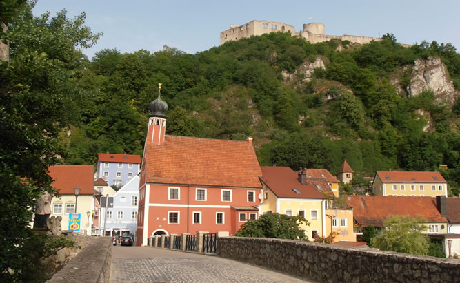 Malerische Kulisse von Kalmünz mit ihrer alles überragenden Burgruine.