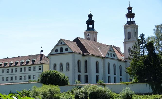 Das Kloster Pielenhofen mit ihrer wunderschönen barocken Kirche liegt direkt an der Naab. Nur wenige Kilometer vor den Toren der Welterbestadt Regensburg.